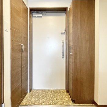 玄関は少しコンパクトサイズ。