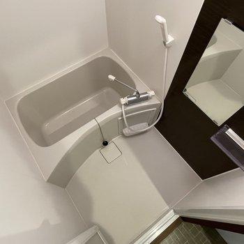 お風呂も清潔感があって、気持ちよく使えそう。