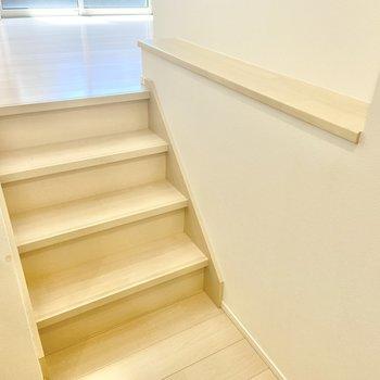 ロフトを降りて、キッチンへ繋がる階段。横の棚になにか飾っておけそうですね。
