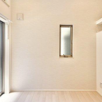 お部屋には小窓がたくさん。風がよく通ります◎