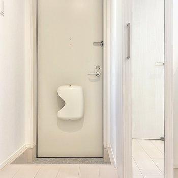 玄関はこちら。シューズボックスは全身鏡付きで、キッチンの横に。