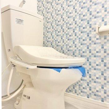 右側にはトイレ。ブルーのクロス、かわいい〜。