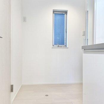 冷蔵庫は玄関前、小窓の左側に置けそうです。
