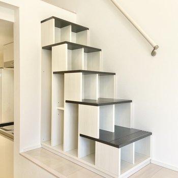 ロフトへの階段はオシャレなバイカラー。小さいものなら収納できるようになっています。