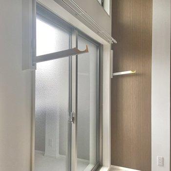 窓の両サイドには部屋干しツールが隠れています。※写真は通電前のものです