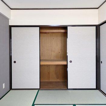 【和室】収納は大きめの押入れタイプ。ボックスがあると、家族分の寝具を入れておけそう。