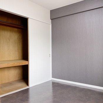 【洋室】こちらも押入れタイプの収納。ポール付きなので、洋服も収納できます。
