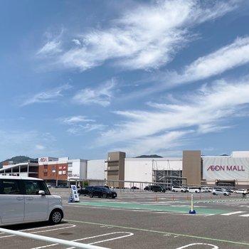 歩いて5分ほどで大型ショッピングモールに到着!