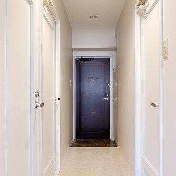 真っ白い廊下が、どこか海外風で素敵。