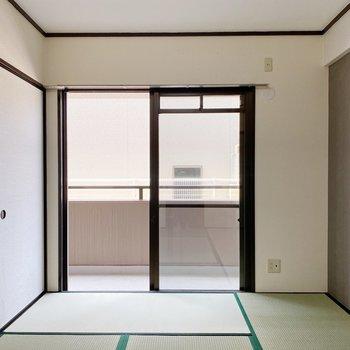 【和室】グレーのクロスに、新しい畳。モダンな雰囲気に仕上がっています。