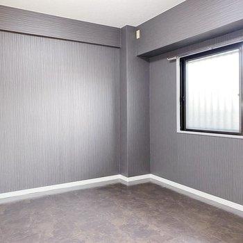 【洋室】玄関のそばには6帖の洋室。夫婦の寝室にしても、子ども部屋にしても◯
