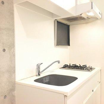 キッチンはコンパクト、シンプル※写真は5階の反転間取り別部屋のものです