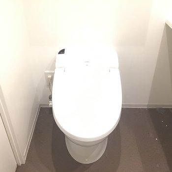 トイレは温水洗浄付き※写真は5階の反転間取り別部屋のものです