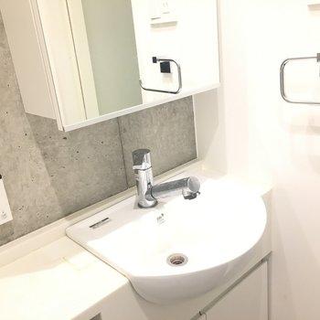 独立洗面台、コンクリがかっこいい※写真は5階の反転間取り別部屋のものです