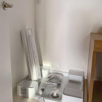 お隣に洗濯機置場。バルコニーは2階なので、導線も楽ですね。