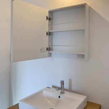 この洗面台がお気に入り◯ミラーキャビネットに、光の差し方までかわいい照明。