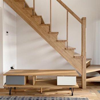 【1階】階段下もラックなど置けちゃうスペースあり。(※家具・小物はサンプルです。)