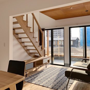 【1階】ダイニングテーブルやソファを置いてもゆとりある広い空間。(※家具・小物はサンプルです。)