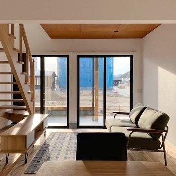 【1階】南向きに大きな窓で、夜までしっかり明るいんです◯(※家具・小物はサンプルです。)