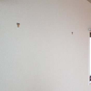 白い壁にはフックがふたつ。