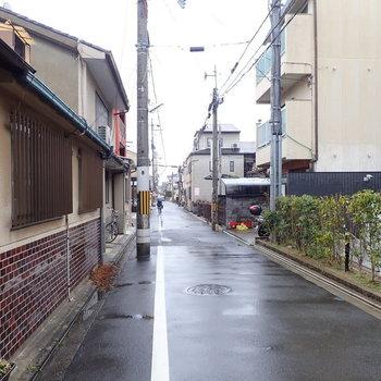 【周辺環境】二条駅から歩いて5分ほどですが、あっという間に閑静な通りに。道も歩きやすくて暮らしやすそうです。