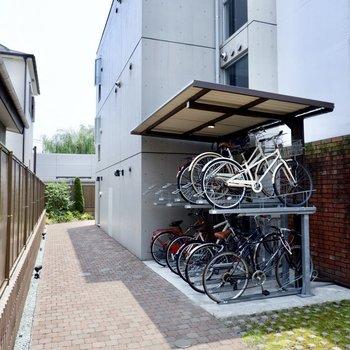 敷地内には屋根付きの駐輪場。