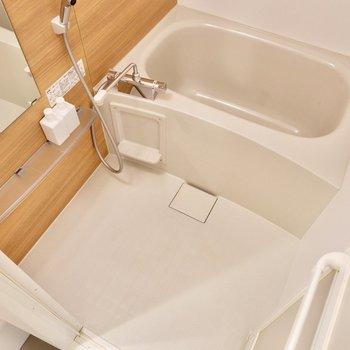 木目風のパネルに癒されるお風呂です。