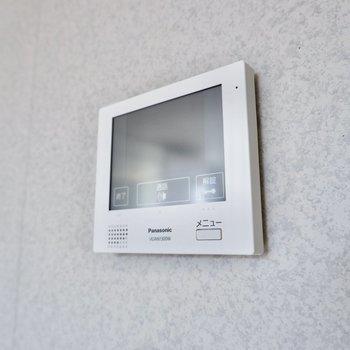 壁にはTVモニタ付きドアホンがありました。