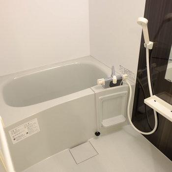お風呂には浴室乾燥機付き(※写真は2階の同間取り別部屋のものです)