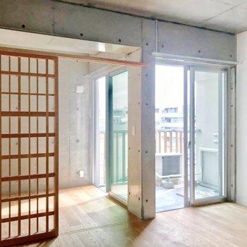 バルコニーはリビングと洋室からアクセス可能。