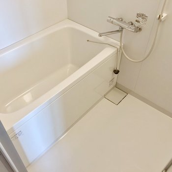 お風呂はサーモ水栓。高温差し湯機能つきです。
