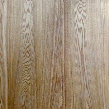 床は明るい木目柄。どんな家具も合わせやすいと思います。