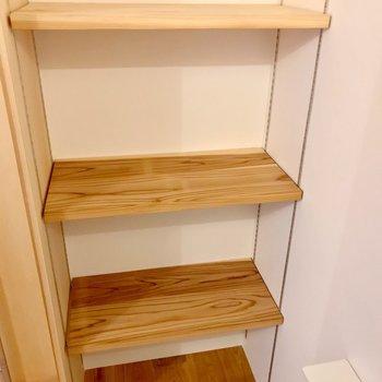 足元には大きな可動棚。本を置くのもいいかも……