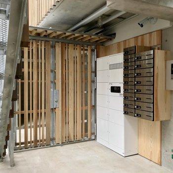 入り口にはオートロックと宅配ボックスがあります。