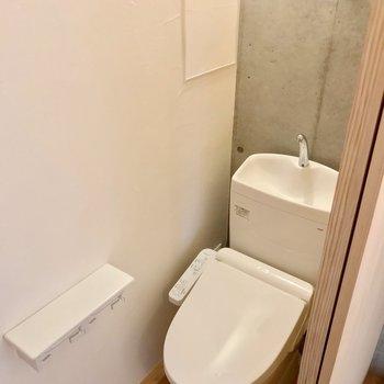 お風呂の向かいにトイレ。ウォシュレット付きです。