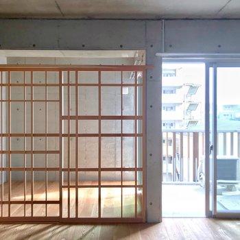 洋室は障子枠で仕切られていて開放的。