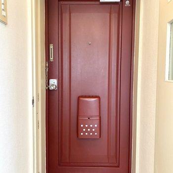 ワインレッドの扉はレトロな雰囲気です。