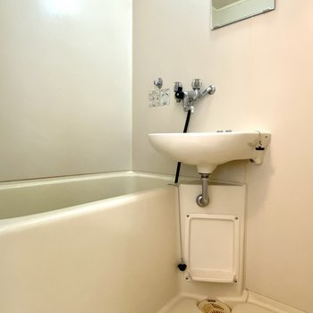 浴室はホワイトで清潔感があります。