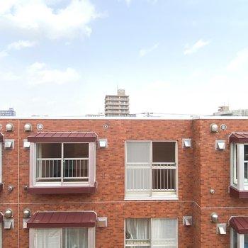 DKの腰窓からの景色です。高い建物が少ないので、空が大きく見えます。