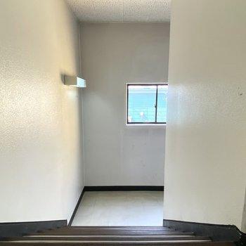 階段も窓から光が入ってきて明るいですね。