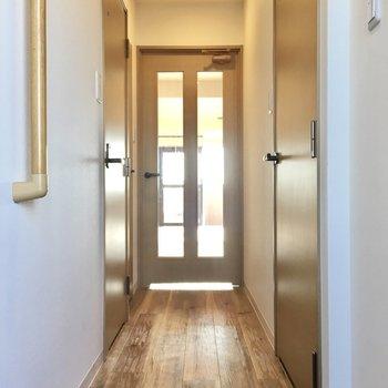 玄関廊下に水回りが集合しています。右側にサニタリー、左側にトイレがあります。