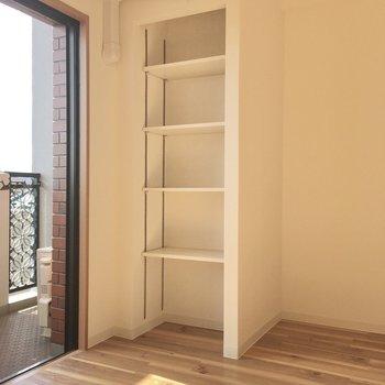 窓横には可動式の棚がちょこん。お気に入りの本を置きましょう。