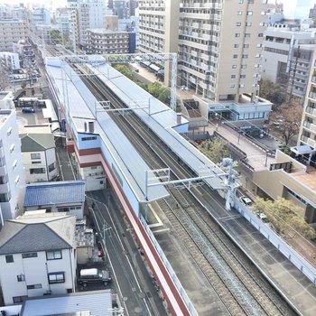 下を見下ろすと駅のホームが見えます。