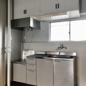 キッチンは壁付け。前に窓があるので換気もできます。
