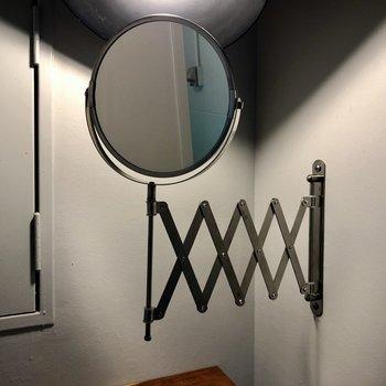 鏡は伸縮性。使わないときはちゃんとしまって!