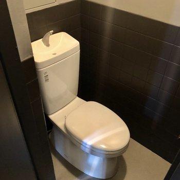トイレもシックに。寒いときはマットやカバーで工夫しましよう。