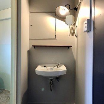 レトロさの残る洗面台。ライトの使い方がいいんです。