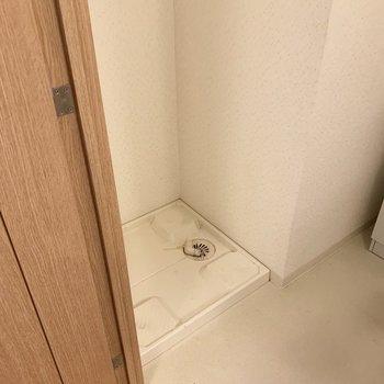 洗面台の横に洗濯機置場があります。※写真は1階の同間取り別部屋のものです