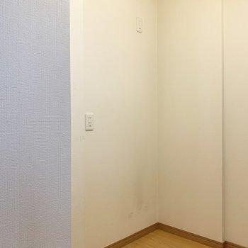 キッチンの反対側、冷蔵庫も食器棚も置けます。※写真は1階の同間取り別部屋のものです