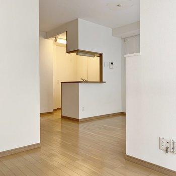白い壁だから明るく感じますね。※写真は1階の同間取り別部屋のものです